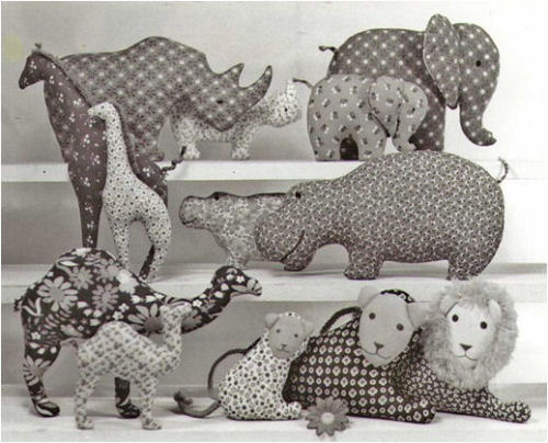 Easy to make pillow toys:six mamals—Rhino, Elephant, Giraffe, Hippo, Camel, Lion;six babies (same),and one papa Lion